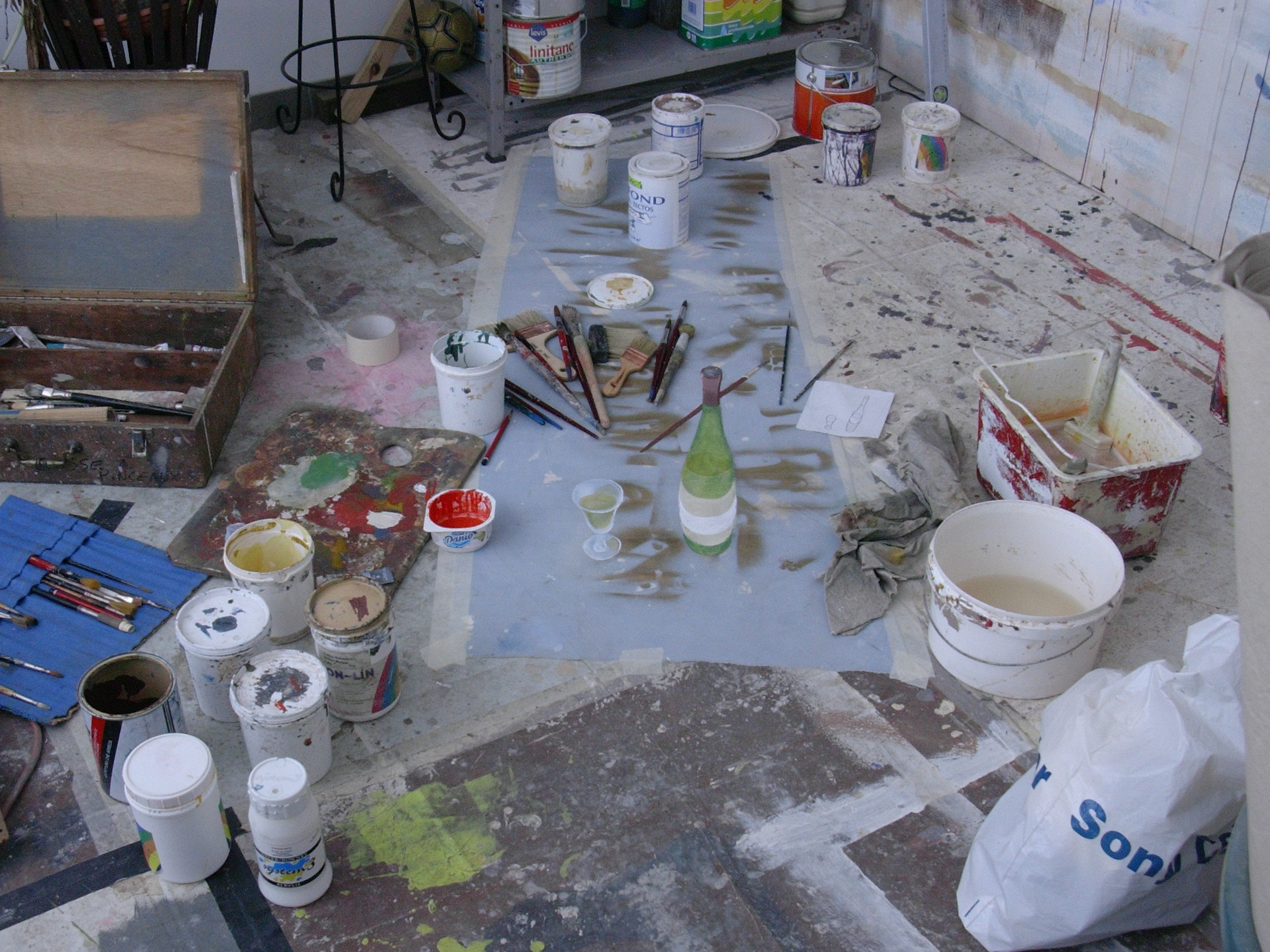 une bouteille peinte sur en trompe l'oeil sur un canvas